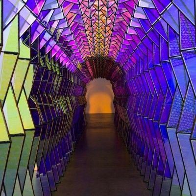 L'artiste danois Olafur Eliasson a réalisé il y a quelques années ce tunnel de verre coloré.  Véritable galerie kaléidoscopique composée de vitraux triangulaires, le spectateur est invité à se promener à l'intérieur de l'installation pour découvrir cet arc-en-ciel pourpre, jaune, rose, vert… Aspect intéressant, la balade colorée dans un sens laisse place à un effet visuel inversé dans l'autre sens, les facettes devenant toutes noires.