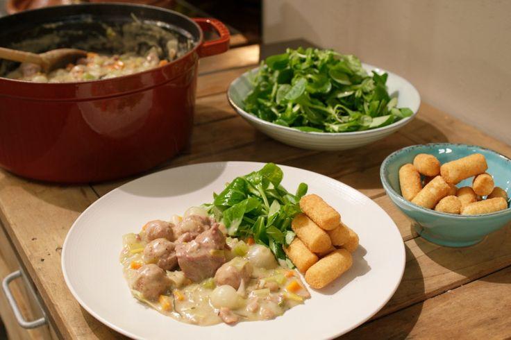 Jeroen maakt deze romige klassieker het liefst met wortelen, prei, selder en zilveruitjes, maar je kunt ook asperges of champignons gebruiken.
