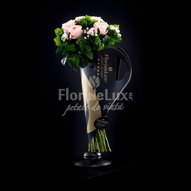 Buchet de lux Masterpiece - asemeni unui pictor talentat, floristii FlorideLux au ales in acest buchet numit sugestiv Masterpiece tonuri suave, pastelate, de roz, echilibrate de verdele intens, dar si de negrul lucios, cu detalii aurii. Este cu adevarat o opera de arta acest buchet WOW, impletit din trachelium, bouvardia pretioasa si trandafiri Vuvuzela cu aspect special