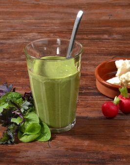 GREEN-FETA-SMOOTHIE - Zutaten für 2 Personen: 1 Bio-Smoothie-Mix (100g), 150-200g Fetakäse, ca. 100ml Wasser, 2-3 Radieschen, Saft einer halben Zitrone, 1 EL Öl, 3-4 Eiswürfel, Salz + Pfeffer zum Abschmecken. Hier geht's zur Zubereitung: http://behr-ag.com/de/unsere-rezepte/rezeptdetail/recipe/green-feta-smoothie.html