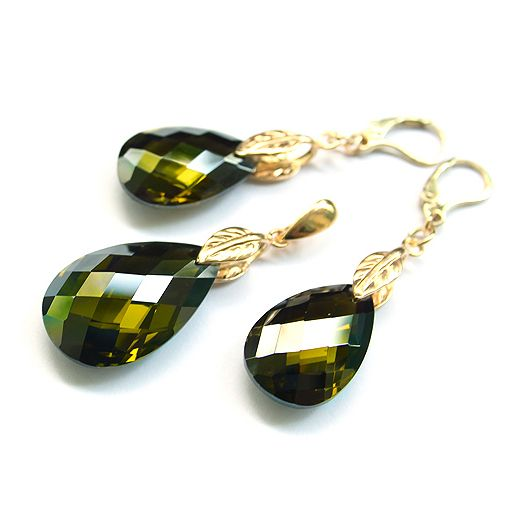 Olivine cubic zirconia dropa and gold-plated silver. Golden leaves make the earrings so lovely!