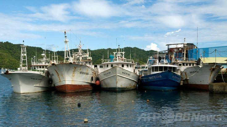 パラオ・コロール(Koror)の港に停泊する外国の漁船(2013年3月15日撮影)。(c)AFP/Richard W. Brooks ▼12Jun2014AFP|マグロ・カツオ漁の入漁料、1日100万円に値上げへ http://www.afpbb.com/articles/-/3017554