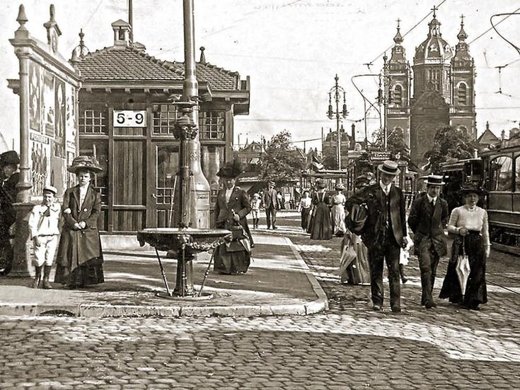 Amsterdam, een beeld van de Prins Hendrikkade tussen Open Havenfront en het Victoriahotel iets na 1902.