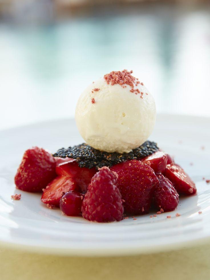 Starwberry & ice-cream dessert at the Belvedere Club, Belvedere Hotel Mykonos. Photo credits: John Russo