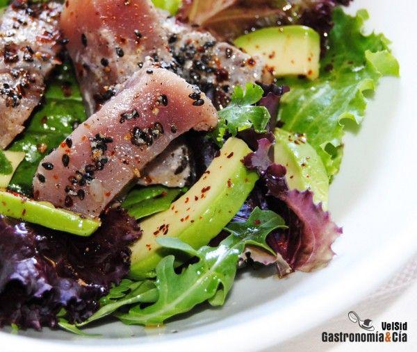 ensalada de atun marinado con lima y sésamo negro