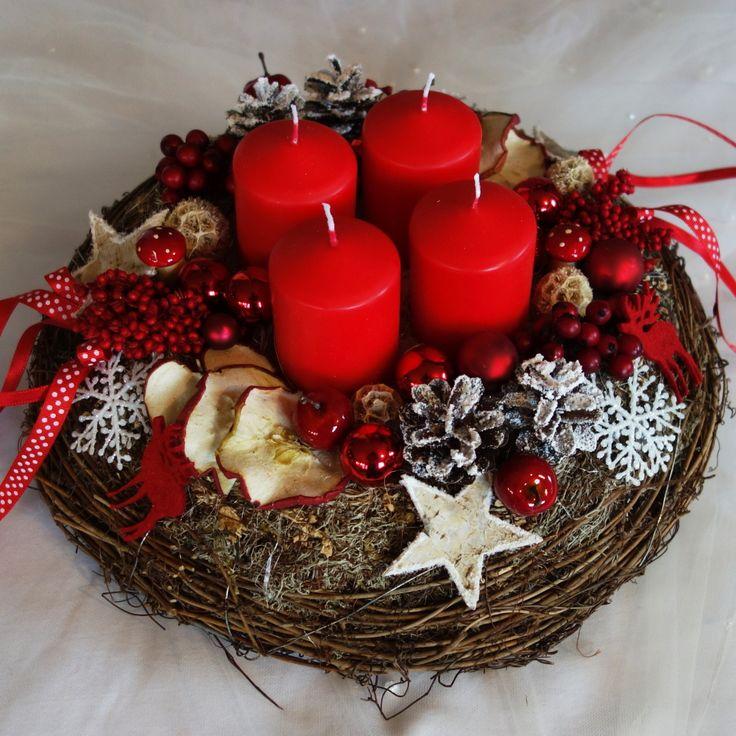 Velká proutěná adventní dekorace Proutěný korpus, částečně polepen mechem a v něm čtyři svíčky, sušená jablíčka, šišky, vánoční přízdoby. Neobvyklá dekorace na Váš vánoční stůl. Průměr 32 cm, výška 20 cm kód 739