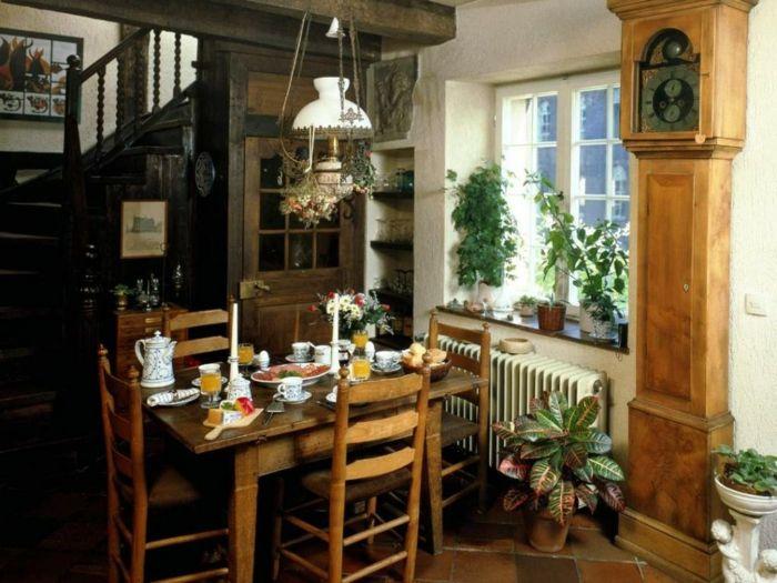 decoracion-salon-rustico-comedor-mesa-rectangular-madera-clara-baldosas-reloj-antiguo-lampara-colgante