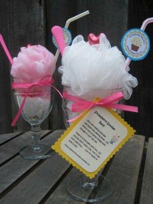Leuk om cadeau te geven: een sorbetglas gevuld met bijv. badzout of kleine badzeepjes, daarbovenop een luffa spons en een rietje en kaartje om het af te maken.