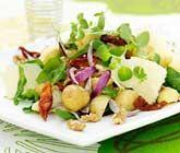Färskpotatis hör till sommarens alla läckerheter. Testa att laga till en fräsch och krispig sallad av färskpotatisar, ruccola, rödlök, valnötskärnor och soltorkade tomater. Servera salladen tillsammans med grillat kött.