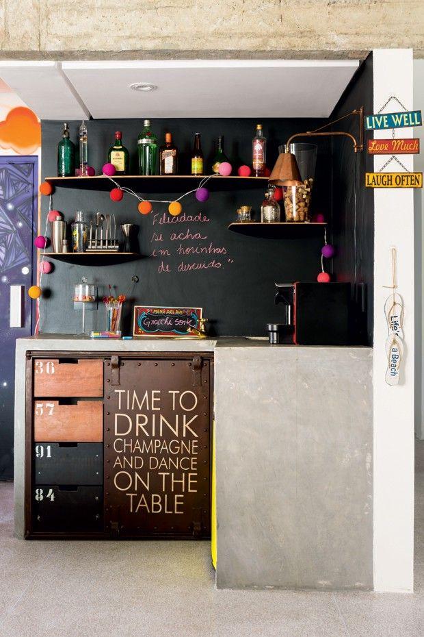 Apartamento com jeito de casa tem bar irreverente com parede de lousa e luzinhas coloridas.