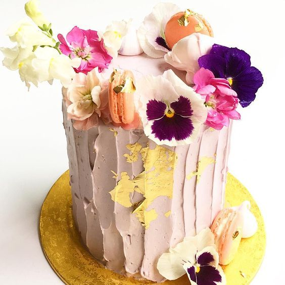 see the rest of Lauren's favorites, along with this perfectly pretty cake by The Purple Cupcake