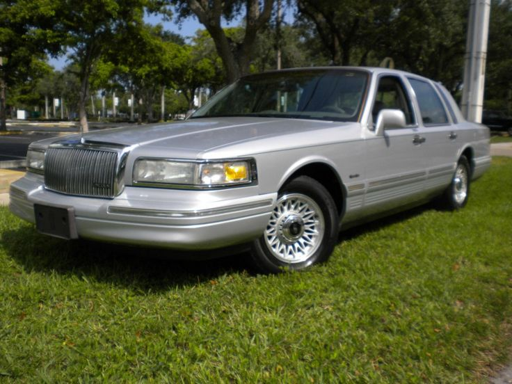 Are you looking for a comfortable daily driver car which would use to have some work done on it? Take a look at this luxurious sedan, the 1997 Lincoln Town Car.