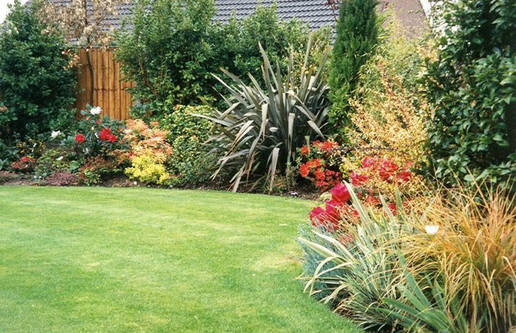 8 best retaining wall images on pinterest retaining for Grasses for flower beds