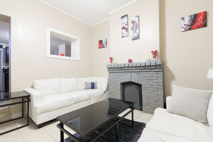 Apartment in New Orleans, United States. Located in the heart of the Garden District, Just off the famous Magazine Street, our apartment is a 2 Bedroom, sleeps 4 people.  Has Cable T.V, Free Wifi, one Bedroom has a Queen Bed and the other has 2 Single Beds, bathroom: stand up shower.  Fr...