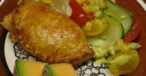 Snabba och enkla piroger med färdig smördegrulle. Fyllning av skinka, ost, senap, ketchup, creame fraiche och kryddor. Med pirogformar går det ännu snabbare.