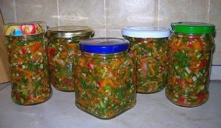 Este foarte util în timpul iernii, când preparați ciorbele sau chiar alte feluri de mâncare! INGREDIENTE (PENTRU 4 BORCANE DE 500 ML): 500 g de roșii; 500 g de ceapă; 500 g de morcov; 500 g de ardei grași; 300 g de pătrunjel; 500 g de sare. MOD DE PREPARARE: Curățați morcovii și dați-i prin răzătoarea mare. Tăiați ceapa și ardeii grași în fâșii subțiri sau cubulețe (după propria dumneavoastră preferință). Decojiți roșiile și mărunțiți-le. Ca să le decojiți mai ușor, opăriți-le în prealabil…