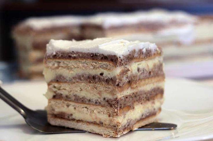 Jednostavna keks torta sa kremom od pudinga i plazma keksa. Sastojci za krem: 700 ml mleka 2 pudinga od vanile 200 gr margarina 200 gr šećera u prahu 2 kašike kristal šećera Još: 40 komada petit keksa 100 gr mlevenog keksa 1 kašika kakaoa 1 vanilin šećer 400 ml mlek