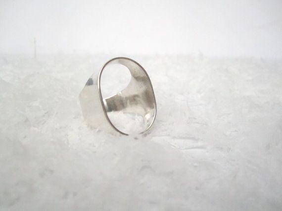 Zilveren ring    Deze ring wordt op jouw maat gemaakt, hierdoor kan de levering 1 tot 2 weken duren, contacteer mij als je het sneller wilt of wilt weten hoe lang het zal duren  Maak bij je bestelling zeer duidelijk welke maat je wilt! --    Ik gebruik de Frans ringmaten, deze is uitgedrukt in de omtrek van je vinger in mm.  Mogelijke ringmaten zijn zo: 54, 56, 58 deze zijn de meest voorkomende ringmaten voor vrouwen, contacteer mij voor andere ringmaten.  Deze ringmaten zijn de omtrek van…