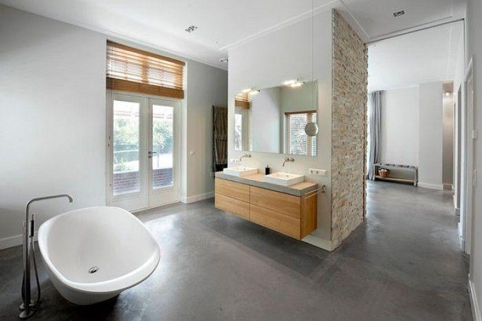 Badkamer: mooie combinatie hout, betonlook en steenstrips