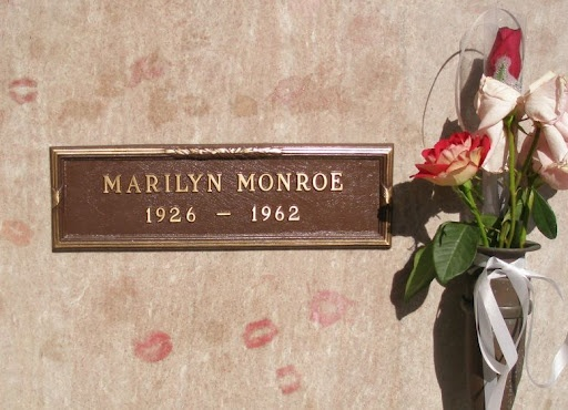 Lipstick kisses on the crypt of Marilyn Monroe.Lipsticks, Buckets Lists, Marilyn Monroe, Little Gift, California, Memories Parks, Marilynmonroe, Los Angels, Kisses