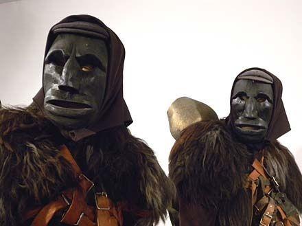 Au carnaval de Barbagia, en Sardaigne,  ce sont les Mamuthones qui défilent : ils sont tout sombres, vêtus d'une peau de brebis ou de mouton noire, le visage masqué.