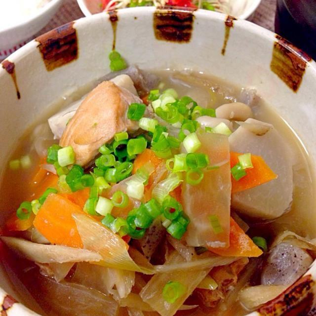 焼いた鮭を入れると生臭くなく、鮭から美味しい出しがでるよん✨ 根菜を中心にいろんな野菜の旨味たっぷり - 124件のもぐもぐ - 焼き鮭 大根 人参 ごぼう 里芋 ネギ 油揚げ こんにゃく ブナピーの味噌汁 by Demisuke