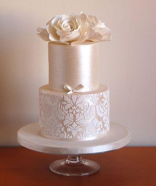 Silver perfection in fondant - Perfección en plateado. Torta de casamiento vintage perlada con flores en fondant.