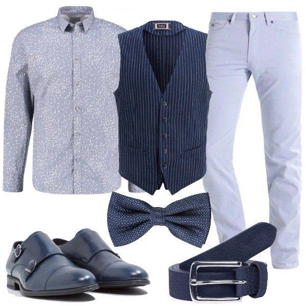 Il gilet blu a righe è abbinato alla camicia stampata e ai pantaloni tinta unita.Il papillon fantasia è in seta, mentre la cintura è in pelle. I mocassini eleganti sono chiusi da fibbie.