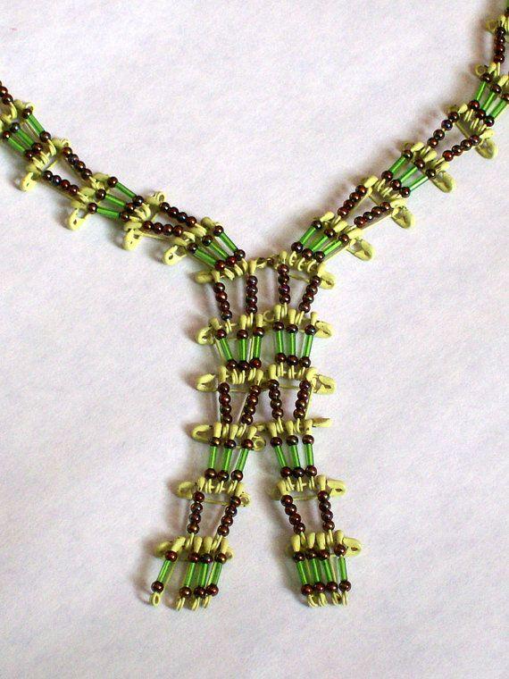 Vintage imperdible y collar de abalorios por handpickedbytammy