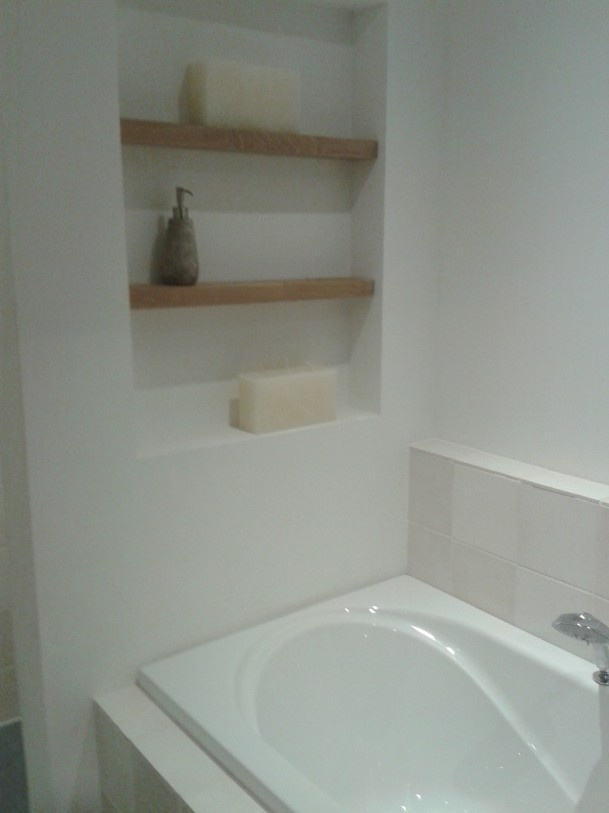 Nisje net houten planken achter het bad bathroom for Bathroom design kettering