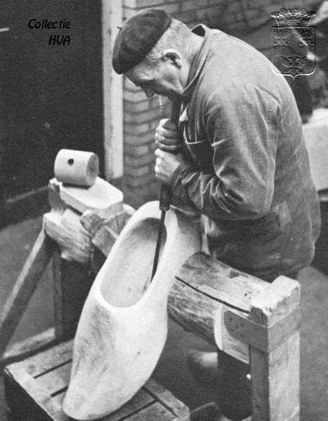 Arjaan de Klerk, de klompenmaker / fabricating wooden shoes (clogs)