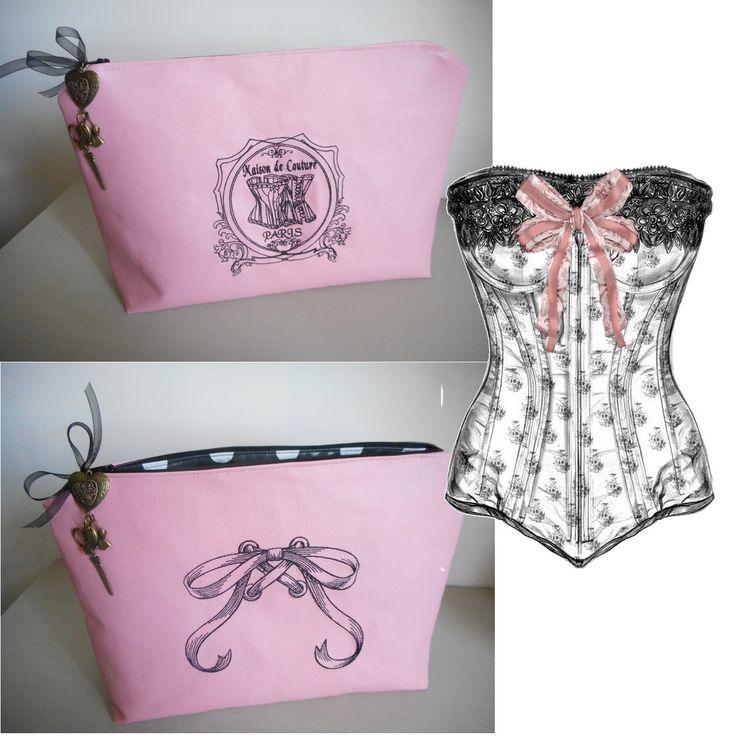 """Grande trousse de toilette 35X25 cm """"Maison de couture"""" corset, noeud, breloques…"""