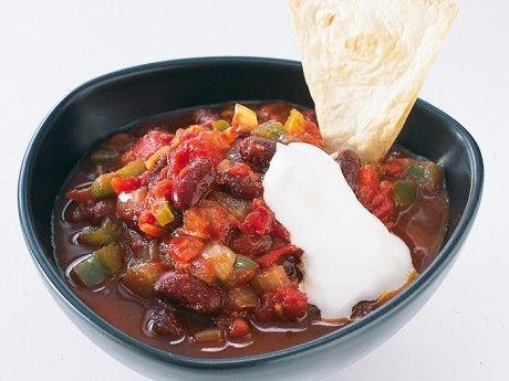 Recept på vegetarisk chili med bönor och tortillachips. Egna tortillachips gör du genom att dela tortillan i trekanter och rosta dem i ugnen, 200°, i ca 5 minuter.