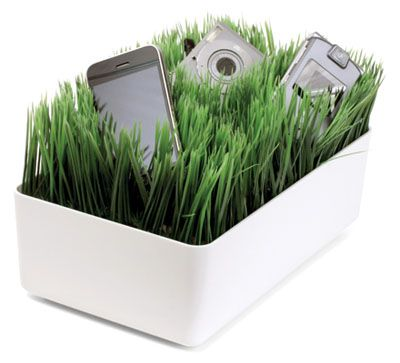 Kikkerland charging station: hides your many cords in snazzy looking fake grass. $30 Oh how cool!Lawns Charging, Gadgets, Desks, Grassy Lawns, Grass Charging, Home Kitchens, Cords, Products, Charging Stations