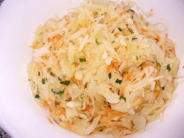 Das perfekte Sauerkrautsalat mit Sauerkraut abgetropft und Zwiebel gehackt-Rezept mit Bild und einfacher Schritt-für-Schritt-Anleitung: Trockenes…
