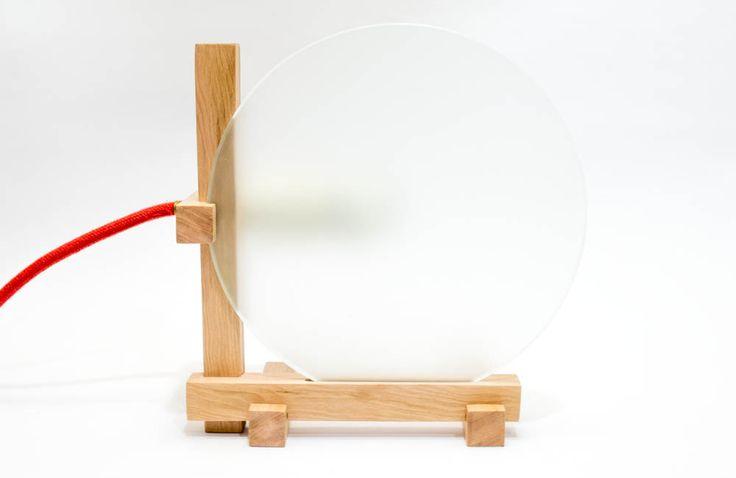 5 trozos de madera + un vidrio empavonado y el sistema eléctrico son los componentes de esta lampara, con una forma y diseño elemental, sin pretensiones. destaca por su sinceridad de los materiales y diseño, aprovechando los atributos naturales de cada elemento.