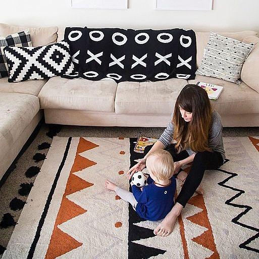 Las alfombras de Lorena canal están pensadas para hacernos la vida más fácil, para casas vividas como las que nos gustan en No Place Like Home. Si se ensucian, no pasa nada, son super fáciles de lavar en tu lavadora de casa. Además son ecofriendly, se fabrican el algodón 100% con tintes libres de tóxicos.  La alfombra Azteca Terracota, está disponible en 2 medidas para que escojas la que mejor se adapte a tus necesidades.