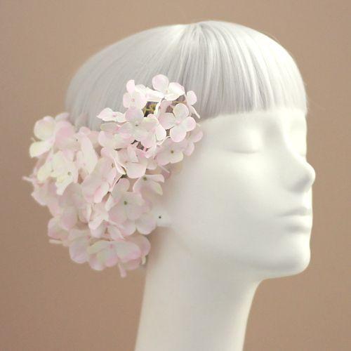 和装に人気の白 ピンクの紫陽花の和装髪飾り「紫陽花の髪飾り(ホワイトピンク)」です。素敵なお客様フォト、和装に人気の髪飾りTOP10もご紹介!結婚式、成人式、卒業式の和装髪飾りに、花嫁御用達の花髪飾り&ヘッドドレス通販airaka。