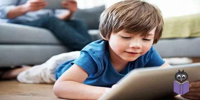Ailelerin bebeklerine, yürüme çağındakive okul öncesi çağdaki çocuklarınaokuma şekilleri; onların okumayı ne kadar sevecekleri ve bir gün kendi kendilerine nasıl kolayca okumayı öğrenecekleri üzerinde olağanüstü bir etkiye sahiptir. İşte size yatmadan önce uygulayabileceğiniz basit adımlar:  Zengin Görsel Açıklamalara Sahip Kitaplar Okuyun 5 yaş altındaki çocuklar için en az yararı olan kitaplar: basit fotoğraflı -görsel açıklamalardeğil- ve az metinli olanlardır. Bol çizimli kitaplar…