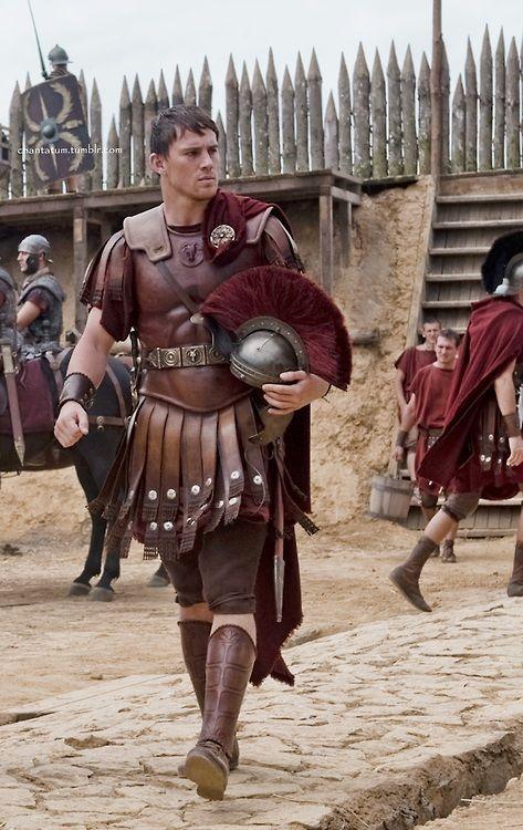 """""""L'aigle de la neuvième légion""""/""""The Eagle"""" (2011). Channing Tatum (Marcus Flavius Aquila). A la recherche de l'illustrissime IXème légion anéantie par les Pictes à l'est de l'actuelle Ecosse. L'histoire de ce péplum suit le film Centurion. En vérité, les historiens ne s'accordent pas sur la façon et le lieu où cette légion a disparu."""