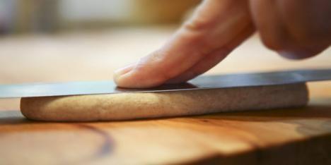 SLIK LAGER DU PØLSEBRØD: Rull deigen sammen til pølser og trykk dem flate med en kniv eller en palette.=