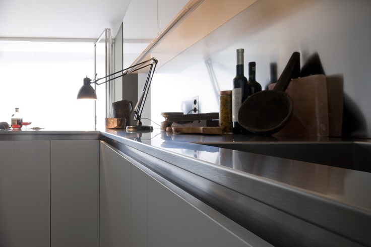 The structured stainless steel worktop, comprising a 6 cm structure plus 2 cm top.  #kitchen #arclinea #design #interiordesign #home #architecture #architect #madeinitaly