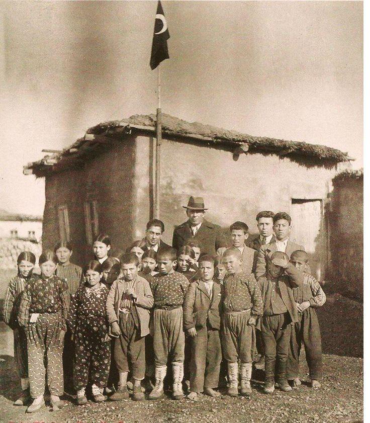 İsmail Hakkı Tonguç bir Köy Enstitüsü mezunu öğretmeni çalıştığı köy okulunda ziyaretinde öğrnciler ile birlkte,1940