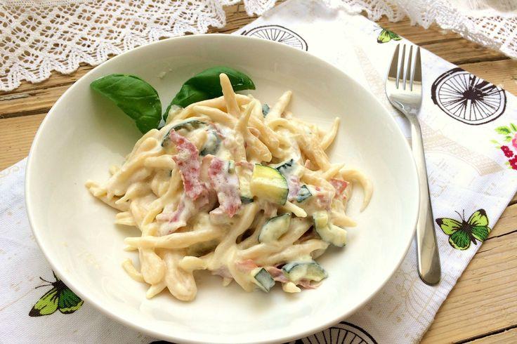 Le trofie fatte in casa con zucchine, pancetta e Philadelphia sono un primo piatto molto saporito, cremoso e facile da preparare. Ecco la ricetta