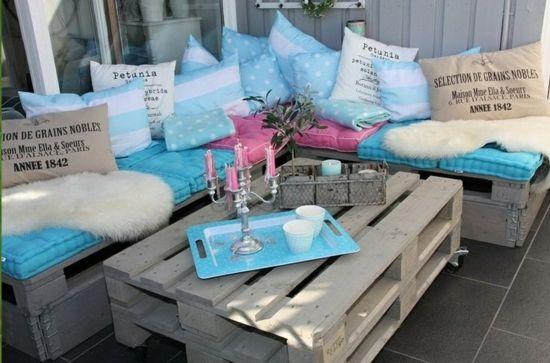 Gartenmöbel aus Paletten – trendy Außenmöbel basteln - gartenmöbel basteln paletten bank kaffeetisch kissen aiflagen farbig