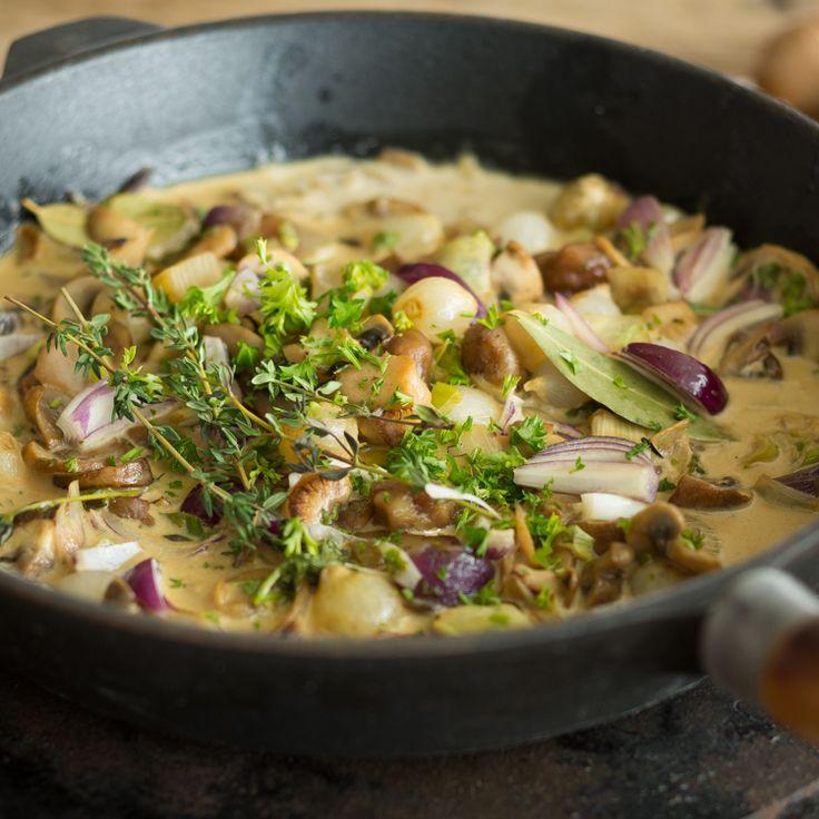 Bei diesem herbstlich- cremigen Sößchen werden frische Pilze zunächst flambiert und anschließend mit Maronen und einem ordentlichen Schuss Sahne verfeinert.
