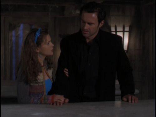 Фиби и rsquo;ы свитер здесь выглядит довольно мило. Я и rsquo;D любовь наряд, если она была и rsquo;т сопоставления его с ярко-синим баком под днищем, чтобы соответствовать заставку в тот же нелестный оттенок синего.