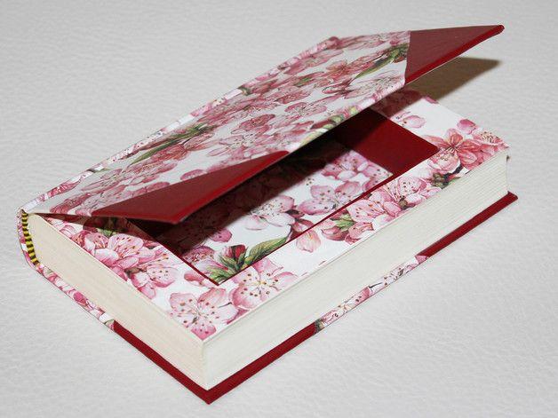 Echtes Buch von Hand ausgehöhlt, sodass es von außen noch aussieht wie ein richtiges Buch. Perfekt als Geheimversteck oder als originelle Geschenkbox.  Die Buchbox ist innen und außen mit...