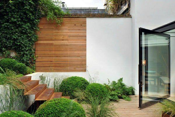 Mur solide, clôture en bois, escalier en tôle pliée