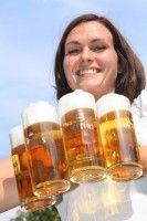 Bier schmeckt den Deutschen unter blauem Himmel besser als drinnen.http://you-big-blog.com/2014/05/23/biergaerten-draussen-ist-schoener/